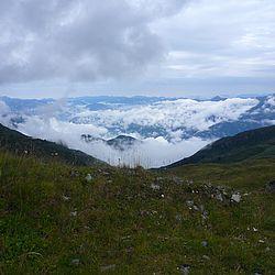 Ausblick ins vernebelte Tal