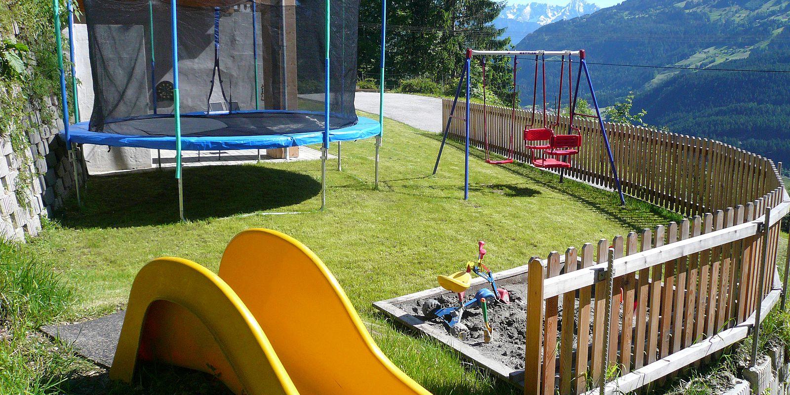Kinderspielplatz mit Rutsche und Trampolin