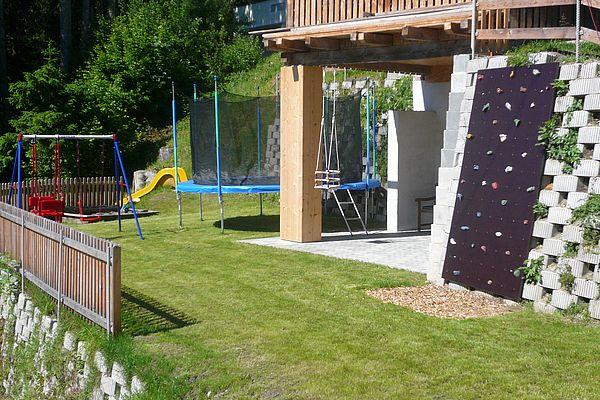 Kinderspielplatz mit Kletterwand